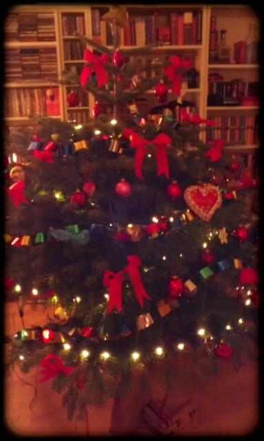 Ein toller Weihnachtsbaum mit Schleifen und Papierkette