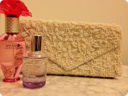 Perlen-Clutch und Parfum