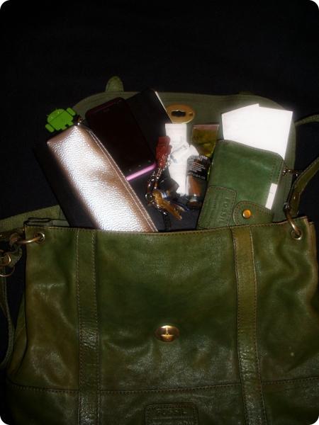 Grüne Tasche von Fossil und Inhalt