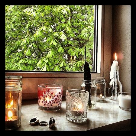Fenster und Kerzen