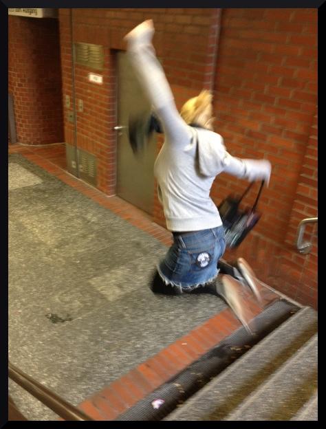 Ellen springt eine Treppe runter