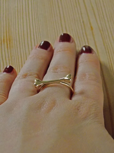 Single Bone Ring von Bloody Mary Metal im Close-Up