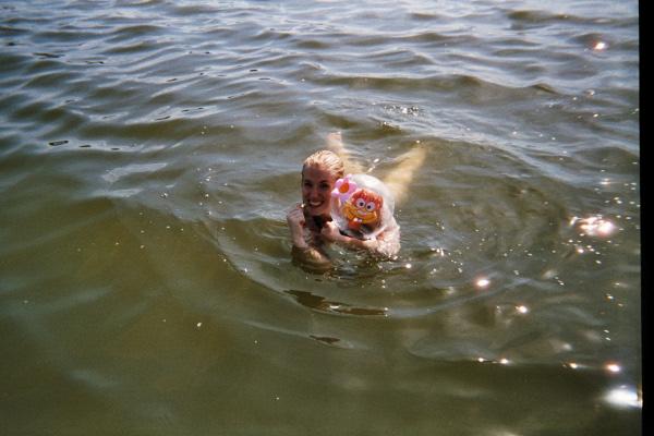 Ellen und Sandy im See.
