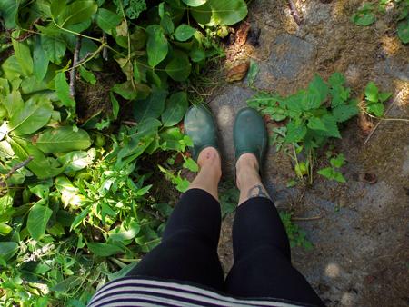 Füße in grünen Gartenschuhen