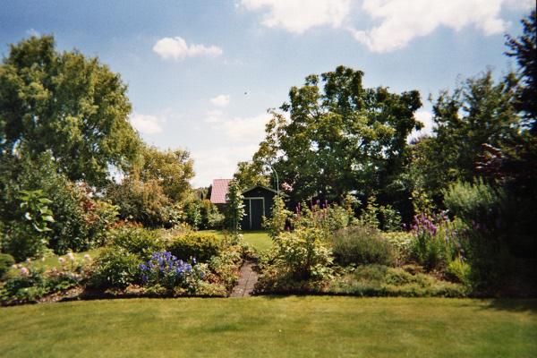 Garten mit Gartenhaus.