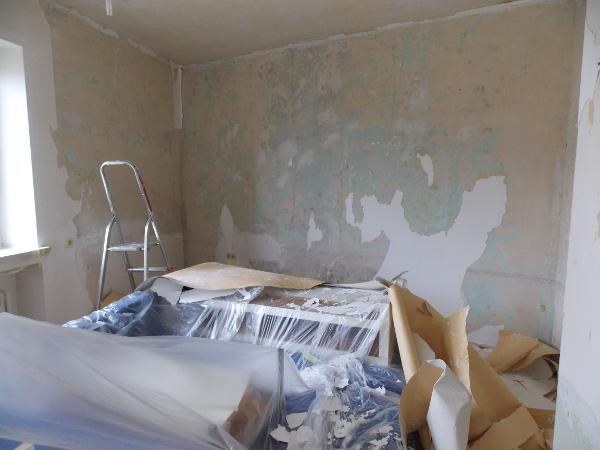 Die Tapete ist von der Wand gefallen.