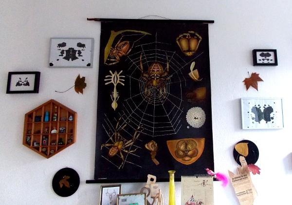 Wanddeko mit Spinnenbild, Rorschach, Blättern und Setzkasten