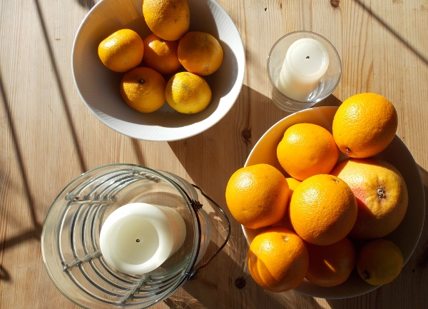 Zitrusfrüchte und Kerzen