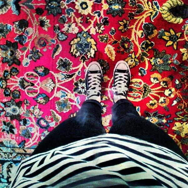 Streifen und Chucks auf Orientteppich