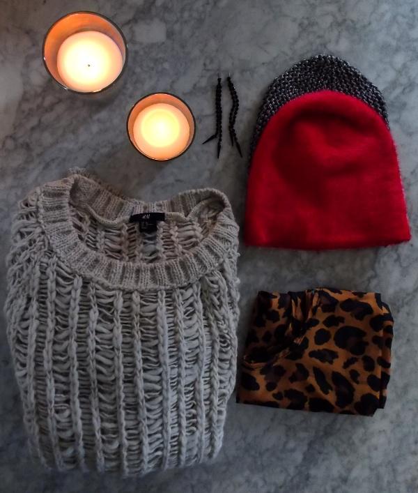 Kerzen, schwarze Ohrringe, Loch-Pulli, pinke Flausch-Mütze, silberne Mütze und Leo-Beutel von h&m