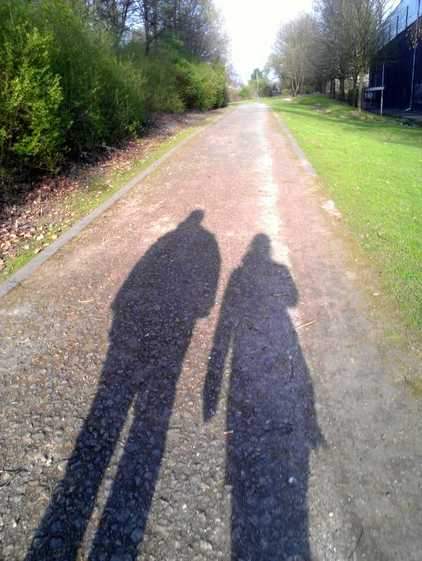 Zwei Schatten auf dem Weg