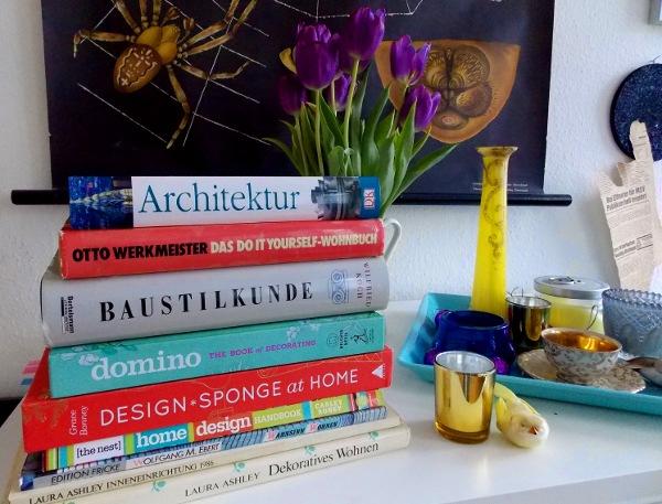Ein Stapel Bücher über Wohndeko und Architektur