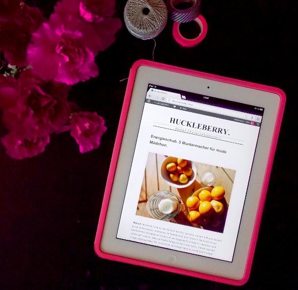 iPad in pinker Hülle neben pinken Nelken